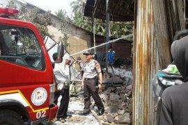 Api dari tungku penyebab sebuah gudang pengolahan minyak kelapa terbakar