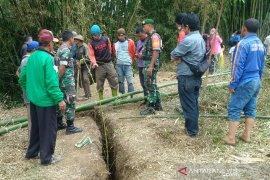 Warga Cikajang Garut diimbau mengungsi hindari bahaya retakan tanah