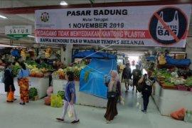 Larangan kantong plastik di Pasar Badung