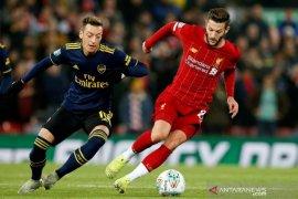 Adam Lallana menepuk dada setelah Liverpool lolos dari krisis