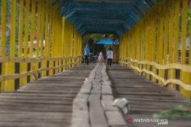 Jembatan kayu Yondo Pamona di Tentena, Poso Page 1 Small