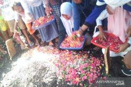 Isak tangis iringi pemakaman Alfin Farhan Lestaluhu