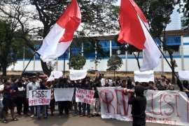 Puluhan suporter demonstrasi saat Kongres PSSI