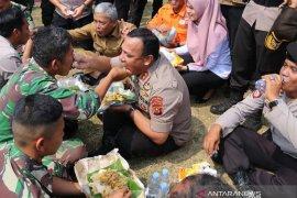 Kapolda Sumsel makan bereng 850 personel satgas Karhutla di OKI