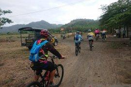 Kompetisi balap sepeda Pulau Merah Banyuwangi diikuti ratusan peserta