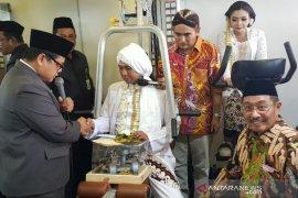 Empat sejoli nikah berkostum pahlawan nasional