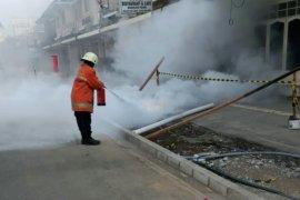 PLN duga kabel luka sumber percikan api di trotoar Cikini
