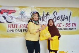 Partai Golkar bagikan 1.550 paket sembako di Surabaya