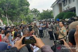 Ratusan warga Mendo Barat Bangka gelar aksi unjuk rasa cabut izin usaha PT. SAML