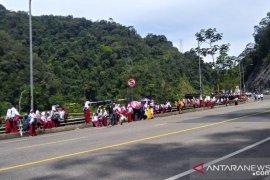 Pelajar di Limapuluh Kota padati jembatan Kelok Sembilan saksikan TdS