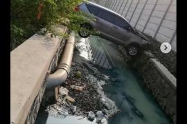 Viral mobil nyangkut di atas parit, polisi sebut pengemudi capek
