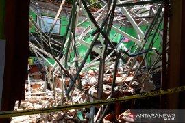 Dua orang meninggal tertimpa reruntuhan atap sekolah di Pasuruan