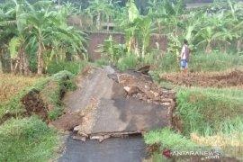 Pergerakan tanah putus jalan penghubung antarkampung di Sukabumi