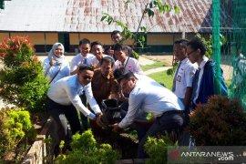 PLN peduli lingkungan ajak pelajar Ketapang tanam pohon