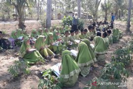 Pelajar madrasah Blitar gelar kegiatan belajar di kebun singkong