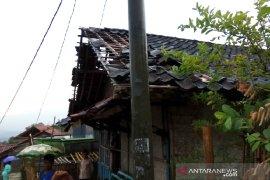 Angin puting beliung rusak rumah warga di Garut
