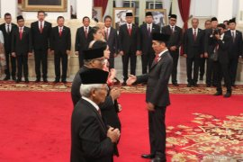 Presiden Jokowi beri gelar pahlawan kepada enam tokoh