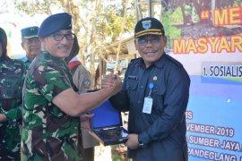 Lanal Banten salurkan bantuan 30 unit perahu nelayan