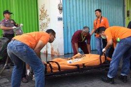Pria tanpa identitas ditemukan tewas bersimbah darah di depan ruko