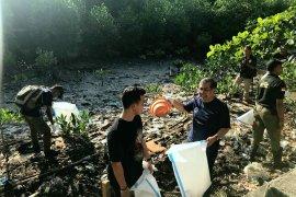 Peserta PIT ISOI XVI lakukan bersih sampah di pantai Ambon