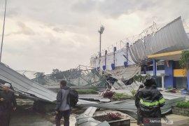 Sarana olahraga Arcamanik Bandung rusak akibat terjangan angin kencang