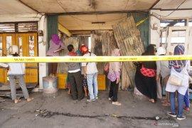 Pedagang terobos garis polisi di lokasi Pasar Ngunut terbakar