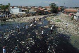 Warga Kota Cirebon diimbau bersihkan sungai dari sampah jelang musim hujan
