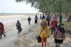 Sampah plastik yang cemari objek wisata dibersihkan Warga Pulau Rupat