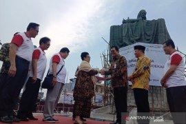 Konsorsium BUMN serahkan patung Fatmawati