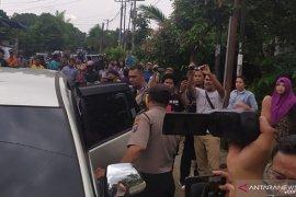 Tiga perempuan dan satu laki-laki dibawa dari rumah pelaku bom bunuh diri di Medan