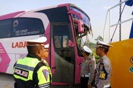 Empat tewas, bus tabrak truk di Tol Pasuruan