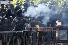 Polisi bubarkan ribuan demonstran dengan gas air mata di Hong Kong