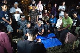 Jenazah terduga pelaku bom Medan dimakamkan