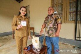Bupati Karolin salurkan hak pilihnya dalam Pilkades Serentak 2019