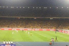 Saling lempar antar suporter terjadi saat Malaysia vs Indonesia di Bukit Jalil