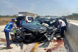 Mobil Inova tabrak truk tronton, tiga orang tewas, di duga supir mengantuk