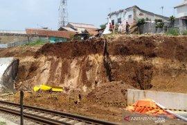 Perjalanan KA Bogor-Sukabumi terganggu akibat terjadi longsoran di Cigombong