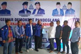 Herman Firdaus dan  Toni Mukson serahkan berkas balonbup ke DPC Demokrat Pandeglang.