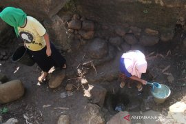 Warga sejumlah desa di Cianjur masih kesulitan dapatkan air bersih