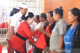 Pemprov Bali serahkan bantuan sembako di Klungkung