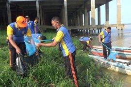 Polair Polda Jambi gotong royong bersihkan sampah Sungai Batanghari
