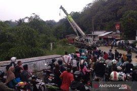 Truk tambang yang terjun ke jurang dievakuasi Polres Bogor