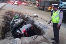 Mobil dan pengendaranya terperosok lubang sedalam 1,5 meter,  galian Jalan DI Panjaitan