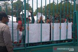 PKL Puncak Bogor demo tolak penggusuran  di depan Kantor Bupati