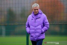 Mourinho sejenak jadi relawan pengantar makanan