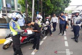 Jalur sepeda ditegakkan,   ratusan kendaraan ditilang