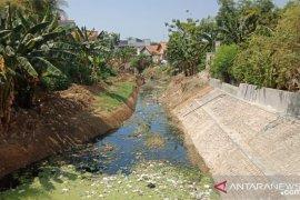 Dinas PU Pamekasan bersihkan sungai dari sampah plastik