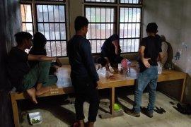 Polisi syariah Aceh amankan tiga wanita muda beserta beberapa botol miras