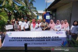 PLN Kalbar peduli air bersih bantu tangki untuk masyarakat Desa Jungkat