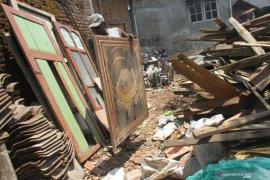Rumah roboh di Malang